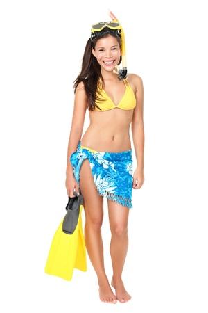 flippers: La mujer de vacaciones aislados de pie en bikini llevan usando aletas de buceo snorkel que sostienen de pie aislado en blanco en todo el cuerpo mixto raza asiática modelo de mujer de raza caucásica