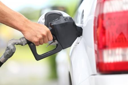 gasolinera: Bombeo de gas en la bomba de gas. Primer plano de hombre de bombeo de combustible de gasolina en el coche en la estaci�n de gas.