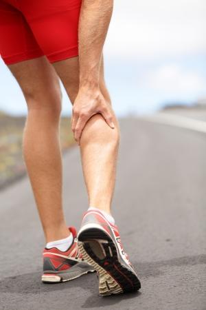 아픈: 남자를 실행하는 ttriathlete 주자 스포츠 부상 개념 다리 종아리 또는 염좌 종아리에 경련 스톡 사진