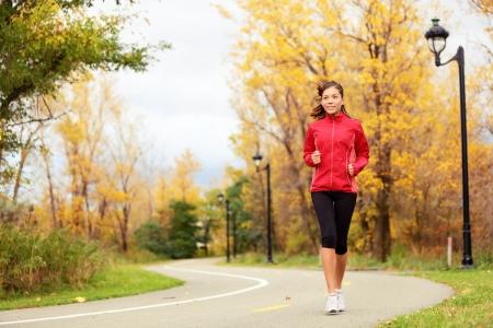 Fall funcionamiento - jogging mujer en el otoño en la ciudad de capacitación jogger parque Mujer Hermosa joven modelo fuera mujer multiétnica en sus veinte años