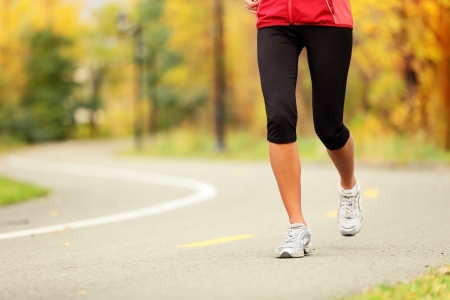 cross leg: Runner piernas y correr correr Mujer zapatos en colores del oto�o en el camino del bosque