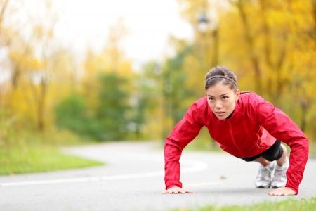 야외 크로스 트레이닝 운동 가을에 외부 아름 다운 젊은 및 피트니스 스포츠 모델을 학습하는 동안 팔 굽혀 펴기를하고 크로스 핏 여성