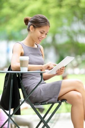 pause repas: Femme d'affaires avec tablette sur pause d�jeuner dans le parc municipal