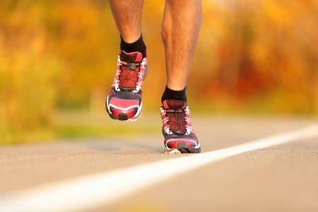 course � pied: Chaussures des athl�tes en cours d'ex�cution close-up � l'ext�rieur Homme coureur de jogging � l'automne Banque d'images