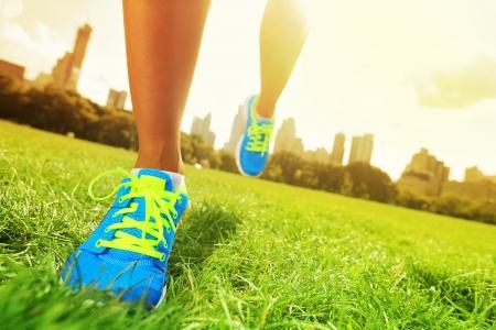 course � pied: Plan rapproch� de chaussures de marche femme aux pieds nus chaussures de course Banque d'images