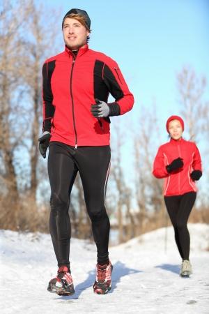 gente corriendo: El deporte en invierno - La gente corriendo en la nieve. Hombre y mujer pareja gimnasio.