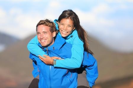 Feliz pareja a cuestas senderismo divertirte en alza fresca joven excursionista feliz pareja interracial mujer asiática y caucásica hombre excursionista