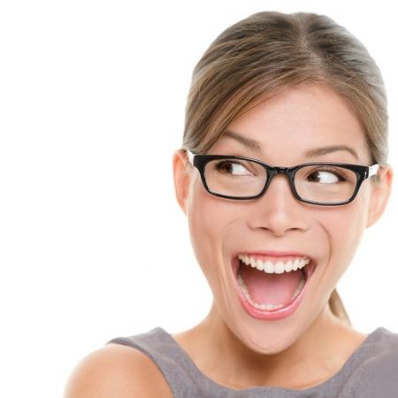 occhiali da vista: Eccitato donna guardando lateralmente urlando di gioia. Primo piano di felice razza mista asiatica cinese  caucasica donna d'affari femminile isolato su sfondo bianco.