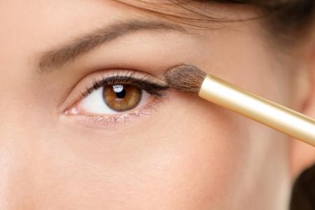 mujer maquillandose: Ojo maquilladora de aplicar sombra de ojos en polvo