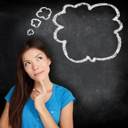 donna pensiero: Donna pensiero concetto di lavagna