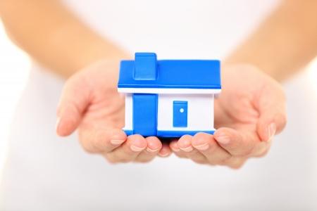 rental house: Inicio - nuevo concepto de casa Mujer con casa modelo