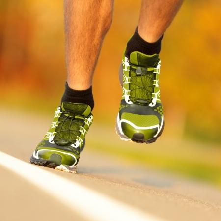 hombres corriendo: El calzado para correr en el exterior corredor correr. Detalle de los zapatos para correr en fuera de acci�n.