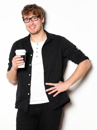 hombre tomando cafe: Beber caf� hombre joven retrato. Sonriendo feliz estudiante universitario masculino con el consumo de caf� desechable. Modelo masculino joven de unos veinte a�os.