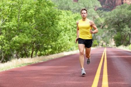 atleta corriendo: Runner hombre corriendo en formación vial sprint para el maratón ajuste Deportivo caucásico masculino modelo deportivo gimnasio hacer ejercicio al aire libre en toda su longitud Foto de archivo