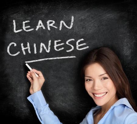 idiomas: Aprendizaje de la lengua china. Maestra o escritura de los estudiantes aprender chino en la pizarra  pizarra. China Asia  cauc�sica mujer de raza mixta.