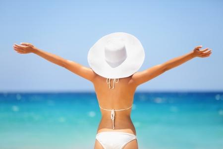 Strand, Sommer, Urlaub Frau im glücklichen Freiheit Konzept mit erhobenen Armen in Glück Standard-Bild