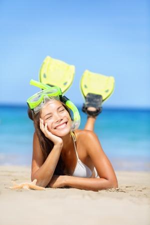 flippers: Mujer en vacaciones de verano, vacaciones en la playa tirados en la arena con máscara de snorkel y aletas sonriente feliz disfrutando del sol