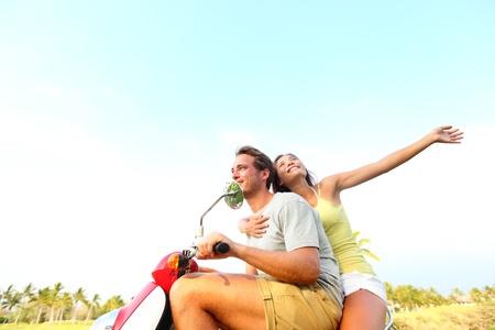 motorrad frau: Young happy freien Paares in der Liebe auf Roller Multikulturelle junges Paar aus Fahren auf Roller zusammen w�hrend der Sommerferien Urlaub asiatische Frau, kaukasischen Mann