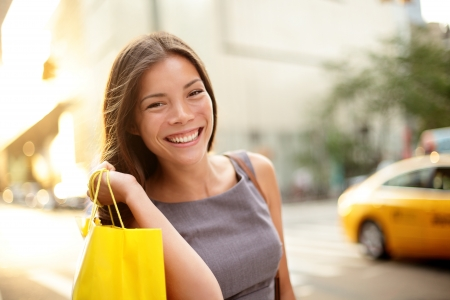 lifestyle shopping: Shopping business woman on Manhattan, New York City