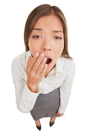 Mujer agotado o aburrido bostezo en