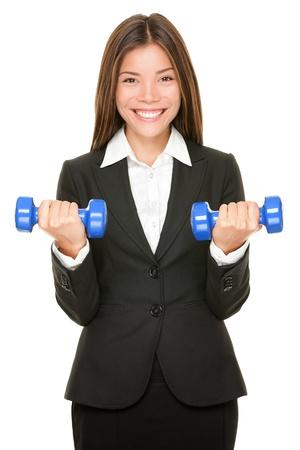 levantar peso: Mujer de negocios en traje de levantamiento de pesas con mancuernas Foto de archivo
