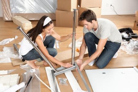 adentro y afuera: Pareja vivir juntos montaje de muebles mesa