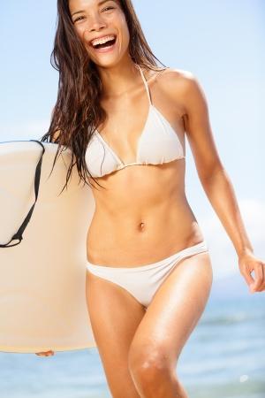 chica surf: Playa Mujer riendo divertido con el correr de surfista bodyboard