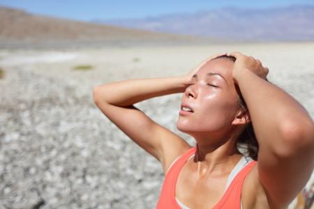 transpiration: Femme d�sert soif d�shydrat� dans Death Valley. La d�shydratation, une surchauffe, la soif et image concept coup de chaleur avec une fille dans la nature d�sertique.