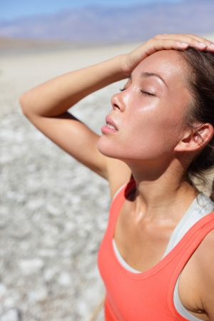 the thirst: La disidratazione sete concetto donna nel deserto della Valle della Morte. Ragazza stanca e disidratata vicino al colpo di calore a causa della temperatura elevata e la mancanza di acqua.