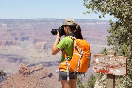 Travel Backpack: Senderismo fot�grafo tomando fotos en el Gran Ca��n en caminata por el borde sur por Bright rastro Angle. Mujer Joven caminante disfrutar de la naturaleza en el paisaje del Gran Ca��n, Arizona, EE.UU..