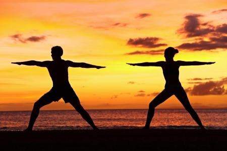 guerrero: Ejercicio de entrenamiento de la mujer y del hombre en el yoga oc�ano paisaje sereno