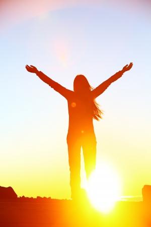 구름 소녀 야외에서 하늘 행복한 자유의 개념 이미지를 향해 팔을 제기 화려한 일몰의 경치를 즐기고 위의 아름다운 일몰 행복 응원 성공을 축 여자 스톡 콘텐츠