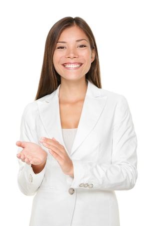 Portret van gelukkige jonge zakenvrouw klappen handen geïsoleerd over witte achtergrond
