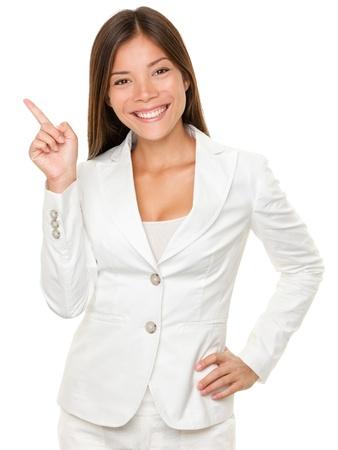 白い背景の上に横向きの腰に手で幸せな若い実業家の肖像画