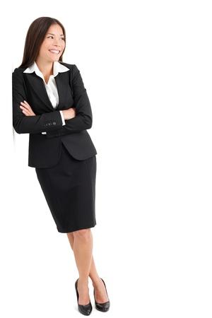 Volledige lengte van mooie jonge zakenvrouw op zoek opzij geïsoleerd over witte achtergrond