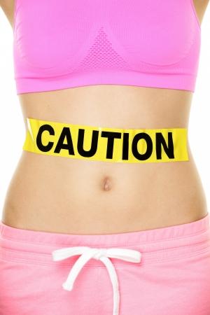 poisoning: Stomaco concetto di salute che mostra pancia della donna segno di cautela. Prenditi cura del tuo corpo, intossicazioni alimentari o di altro concetto. Immagine concettuale stile di vita sano.