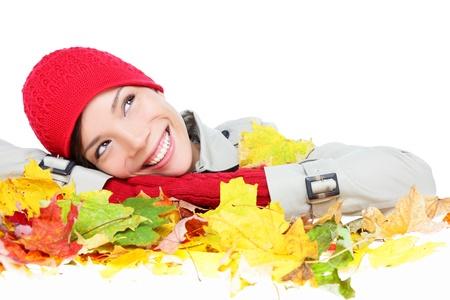 秋の女性のカラフルな秋に満足しては、スタジオでの分離の白い背景を残します。思考少女の肖像画すぐに顔を休んでまで葉探しています。混血ア