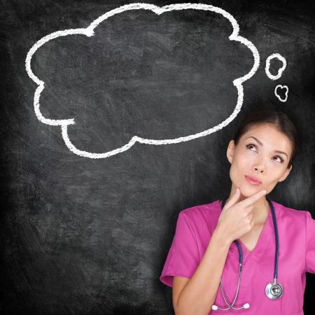 医療の概念 - 看護師医師黒板を考えます。女性医師見て考えて黒板にバブルだと思った。女性医療専門物思いに沈んだと投機的なアイディアを出す
