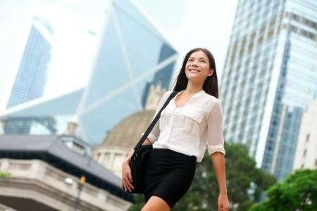 アジア ビジネスの女性は、Hong Kong で外を歩きます。ダウンタウンのビジネス地区のアジア女性実業家のオフィス ワーカー。多民族国家中国アジア