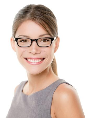 mulher: Óculos óculos retrato da mulher feliz olhando para câmera com grande sorriso. Feche acima do retrato da mulher mulher de negócios modelo rosto isolado no fundo branco. Mestiça de negócios caucasiano asiático.