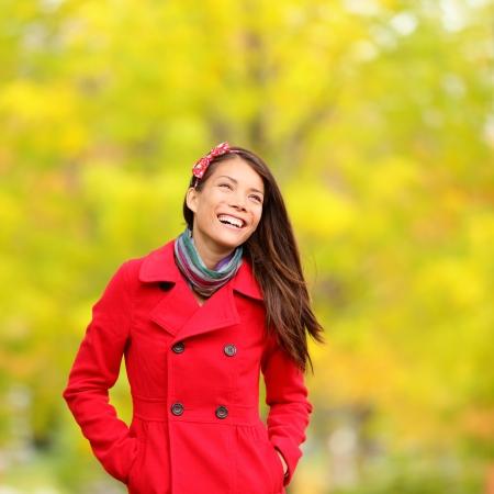 Herfstmensen - val vrouw die lacht graag wandelen in kleurrijke bos gebladerte.