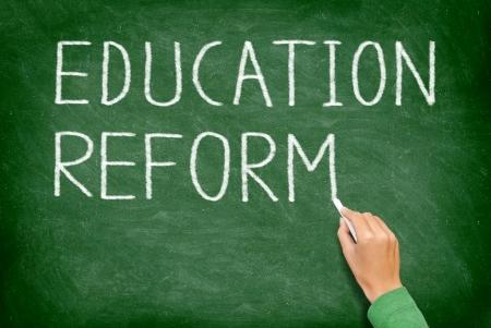 reforming: Reforma de la educaci�n - reformatorio concepto de pizarra. Profesor o estudiante escrito REFORMA DE LA EDUCACI�N en la pizarra verde. Escuela primaria, escuela secundaria, la escuela secundaria o la universidad en la universidad.