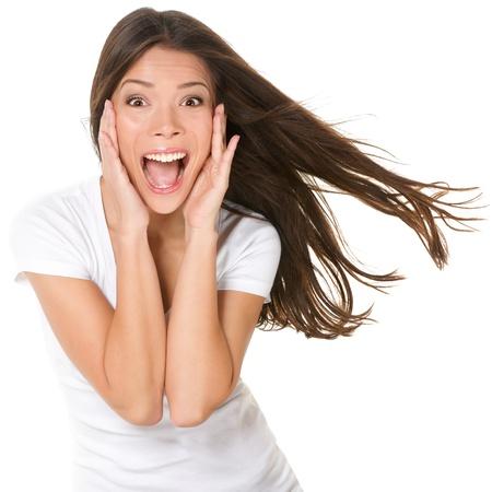 Verrast opgewonden gelukkig schreeuwende vrouw geïsoleerd. Vrolijk meisje winnaar geschokt dan winnen met grappige vrolijke gezicht expressie. Multiraciale Aziatische Chinees  Kaukasische model geïsoleerd op een witte achtergrond. Stockfoto