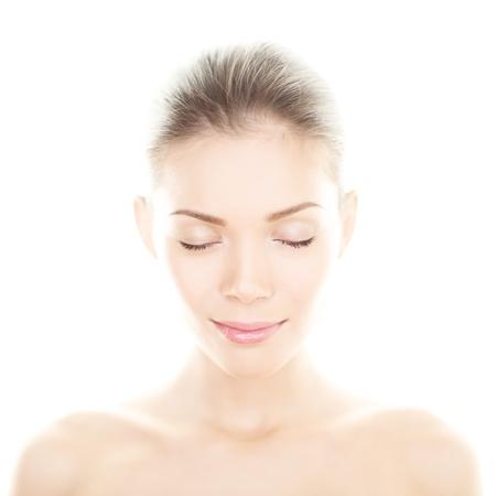 美容女性 - 完璧な肌ケアの肖像画。女性の美しさスパを閉じるの穏やかなリラックスした多民族国家少女は目を閉じてリラックスした白い背景で隔