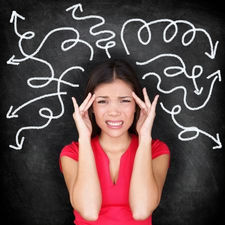 혼란 여자 - 사람들은 혼란과 혼돈을 느끼고. , 우유부단 disorientated과 당황 여자가 의사 결정을 통해 두통 강조했다. 칠판 배경에 20 대 소녀입니다. 아