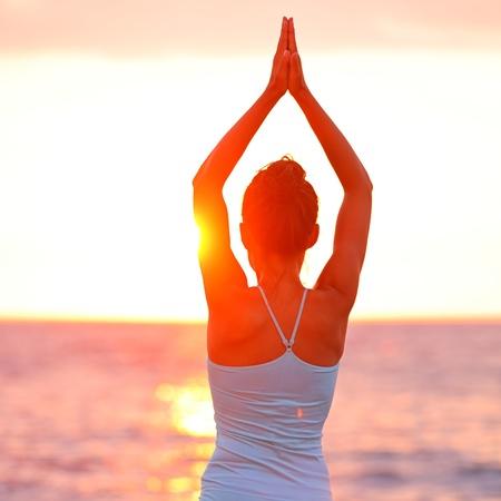 mujer meditando: Meditación Yoga mujer meditando en la playa de la puesta del sol o amanecer relajarse en pose de yoga. Instructor de yoga mujer relajado sereno en escena de mar en calma naturaleza. Desde la isla grande, Hawaii, EE.UU..