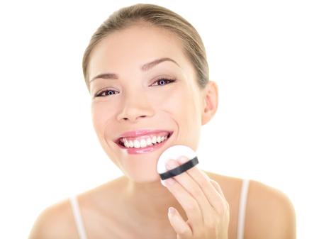 La belleza del maquillaje mujer asiática aplicar maquillaje en polvo en la cara