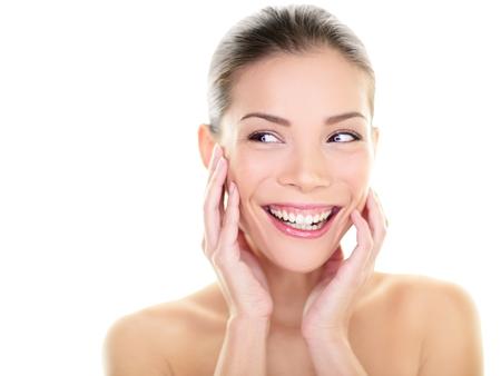 limpieza de cutis: Mujer de belleza de cuidado de piel que mira la cara de risa feliz Foto de archivo