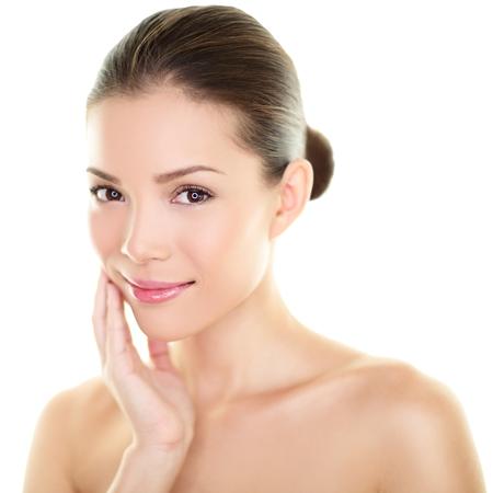 Aziatische schoonheid huidverzorging vrouw perfecte huid op het gezicht aan te raken Stockfoto