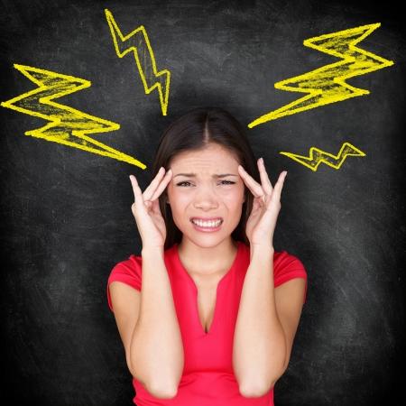 dolor de cabeza: Dolor de cabeza - migra�a y el concepto de estr�s con la mujer con dolor de cabeza doloroso masaje templos de curaci�n dolor de cabeza. Multi-�tnico del C�ucaso  Asia imagen conceptual pizarra mujer.